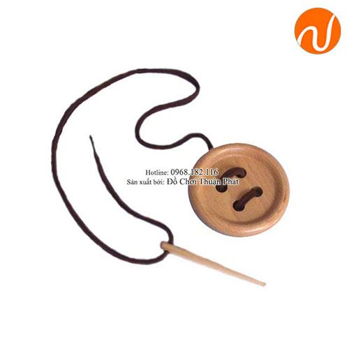 Giáo cụ Cúc to với kim khâu to (4 lỗ) GC03-030 giúp rèn luyện kỹ năng luồn kim chỉ khéo léo
