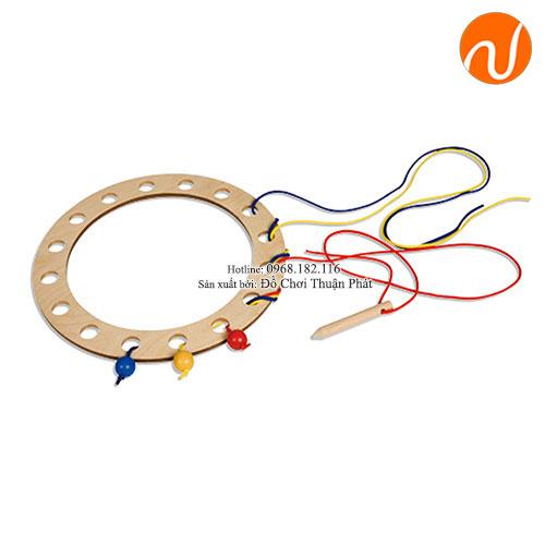 Giáo cụ khung hình tròn với các lỗ và kim khâu to GC03-032 giúp khả năng luồn kim chỉ khéo léo qua nhiều lỗ đòi hỏi kỹ năng cao