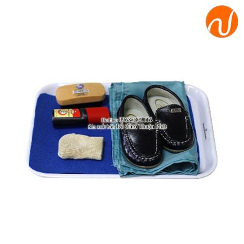 Giáo cụ và bài học đánh bóng giầy với si GC36-506 giúp trẻ tự mình trải nghiệm việc làm sạch đồ dùng cá nhân