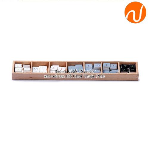 Giáo cụ montessori hộp thẻ số hình vuông màu xám và màu trắng
