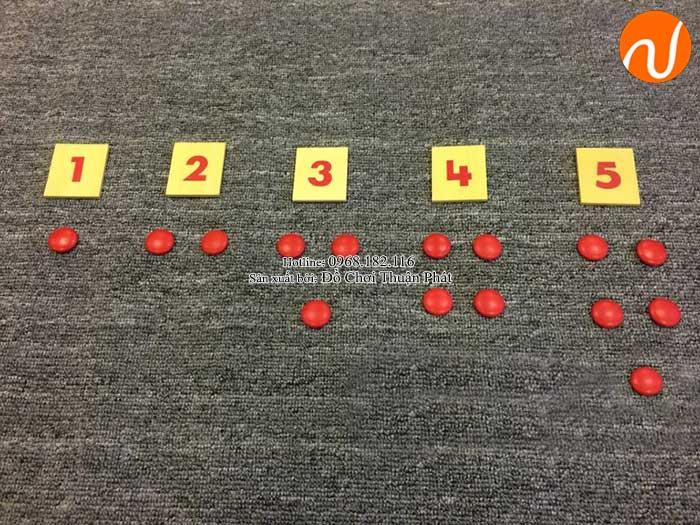 Hướng dẫn sử dụng giáo cụ Montessori thẻ số và hạt chấm đỏ-2