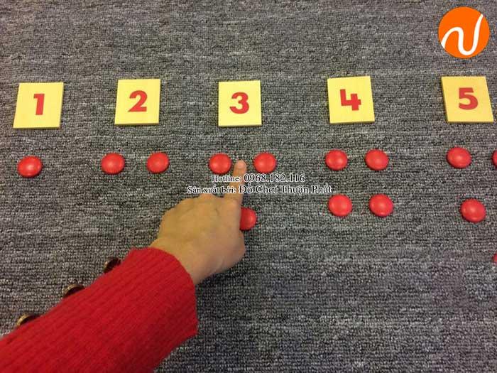 Hướng dẫn sử dụng giáo cụ Montessori thẻ số và hạt chấm đỏ-5