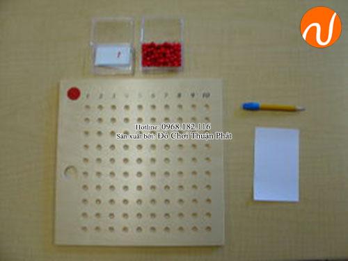 Hướng dẫn sử dụng giáo cụ Montessori bảng phép tính nhân bằng hạt-1