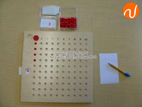 Hướng dẫn sử dụng giáo cụ Montessori bảng phép tính nhân bằng hạt-2